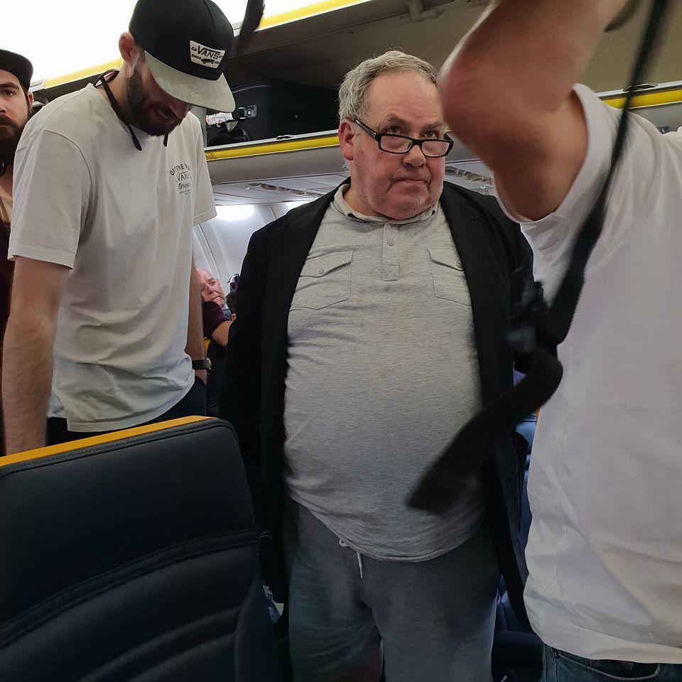 Racist white man abuse women on plane_n