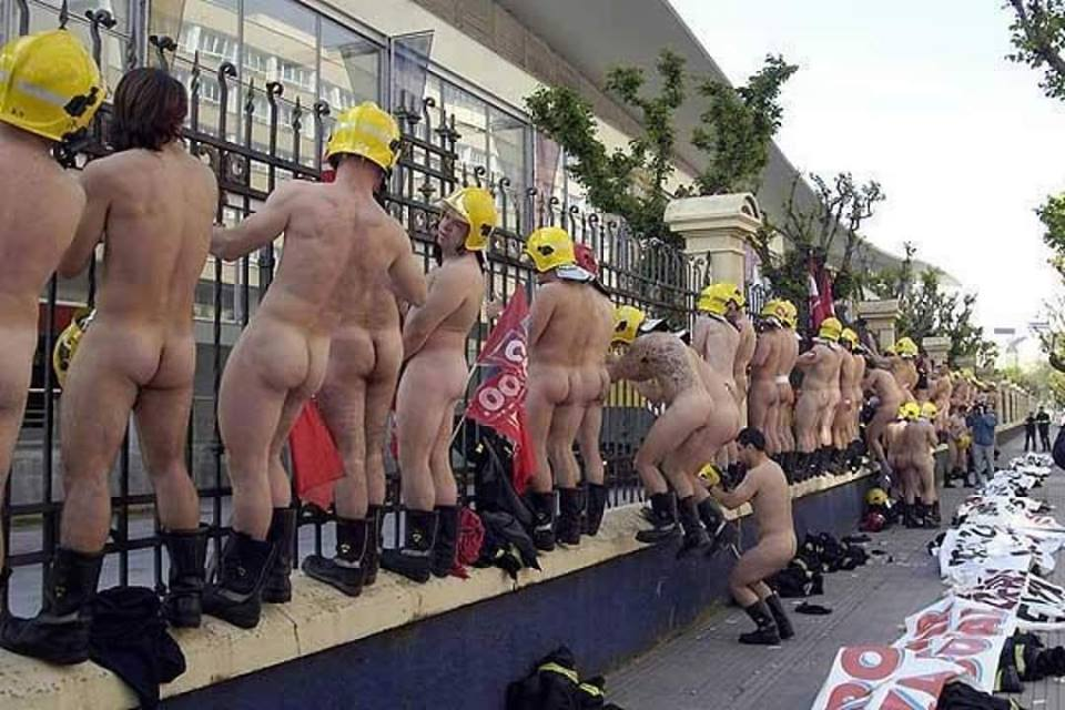 Spanish firemen strip naked to protest spending cuts